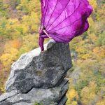 Mujer con vestido al viento en la roca
